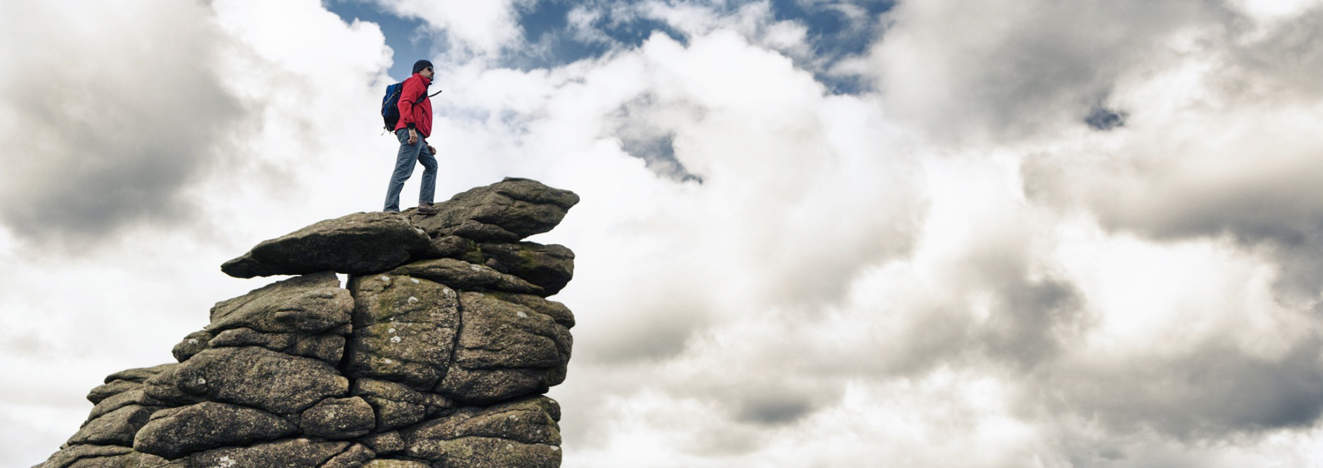 Bergsteiger vor wolkigem Himmel